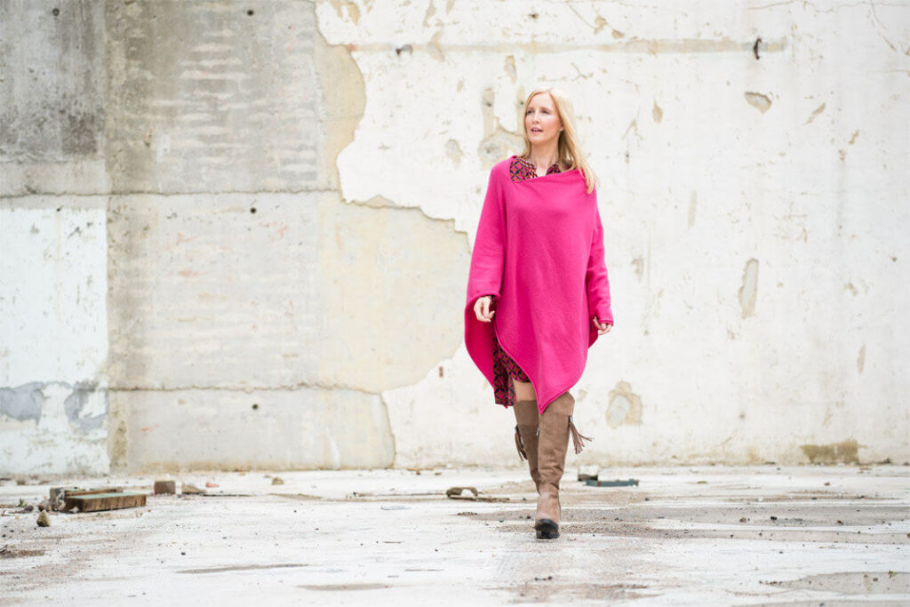 fashion-blogger-wearing-pink-poncho
